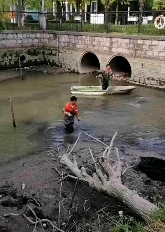 $city$小区景观池清理淤泥